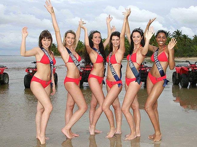 2008 : Un tour en quad en maillot de bain Malibu Rouge